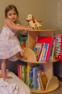 Kislány, rengeteg mesekönyvvel
