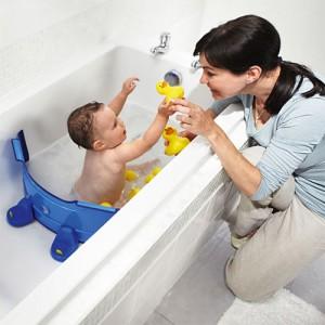 Baba és kisgyerek fürdetése nagy kádban