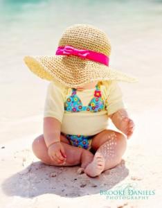 Baba és kisgyerek öltöztetése a hőségben