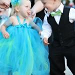 Koszorús kislány és kisfiú
