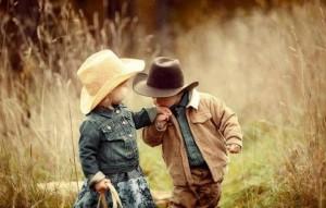 Kisfiú kezet csókol a kislánynak